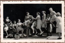 Amusante Photo Originale D'un Groupe De Femmes De Plus De Cinquante Ans Montées Ou Pas Sur Une Barrière En Bois 1950's - Personnes Anonymes