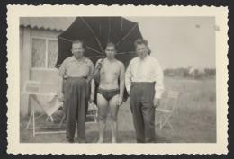 PHOTO SPECIAL * HOMME EN MAILLOT DE BAIN AVEC PARASOL ENTOURÉ PAR DEUX HOMMES HABILLEES * 9 X 6 CM - Personnes Anonymes