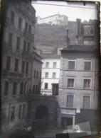 LYON 1888 : Entrée Du SERIN, 1888, Une Cour Et Fort Saint Jean. Plaque De Verre. Négatif. Lire Descriptif. - Glasdias