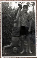 Photo Originale Frangins Ou Copains Et Faire Le Poirier Légèrement Aidé Vers 1950/60 - Personnes Anonymes