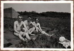 Photo Originale Gay & Playboy - 3 Beaux Gosses Torses Nus Sur Couverture Avec Un Ballon De Football Vers 1950 Rockabilly - Personnes Anonymes