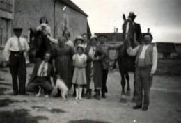 Photo Originale Léger Flou Pour Cette Photo De Famille à La Ferme Et étalons De Sortie Pour L'occasion Vers 1930/40 - Personnes Anonymes