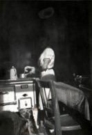 Amusante Photo Originale & Jeu De Lumière, La Femme Sans Tête Cuisinant Sur Sa Cuisinière, Ses Chiens à Ses Pieds 1940's - Personnes Anonymes