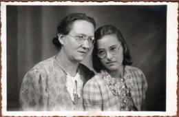 Carte Photo Originale Mère & Fille - Adelnau, Zartheld En Juillet 1944 - Lunettes De Vue & Ressemblance - Personnes Identifiées