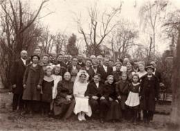 Carte Photo Originale Mariage Et Son Incontournable Photo De Groupe En Plein Air Vers 1920/30 - Personnes Anonymes