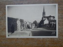Paimpol , Le Monument Aux Morts Et L'église - Paimpol