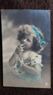 CPA ENFANT FILLE FILLETTE METTANT DOIGST A LA BOUCHE 1912 TIMBRE ENLEVE - Retratos