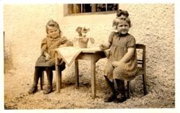 Foto Ak - 2 Mädchen Sitzen Vor Dem Haus 1940 - Abbildungen