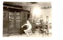 Foto Ak - Tischler In Werkstatt Vor Fertigem Kasten Ca 1940 Tischlerei Handwerk Gesellen Meister - Fotografie