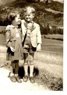 Foto - Bub In Lederhose Und Trachtenjanker Und Mädchen Mit Kleid Auf Strasse Ca 1940 Tirol ? - Fotografie