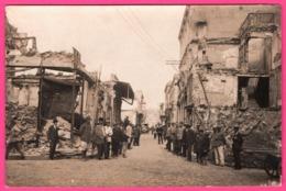 Cp Photo - Lieu à Identifier - Rassemblement Dans Une Rue - Ruines - Bombardement Gendarme - Militaires - Tacot - Fiacre - A Identifier