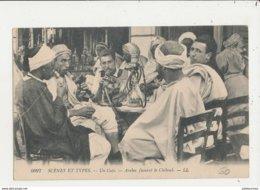 SCENES ET TYPES UN CAFE ARABES FUMANT LE CHIBOUK CPA BON ETAT - Plaatsen
