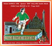 """SUPER PIN'S Roland GARROS Année 1996 : SPONSOR Officiel """"BNP"""", En ZAMAC Double Moule BRONZE Et Or, Signé BALLARD 4,2X3cm - Tennis"""