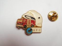Superbe Pin's , Sapeurs Pompiers , Rhône Poulenc SFC , Société Française De Chimie , Camion - Pompiers