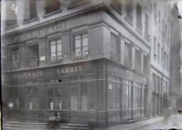 LYON, 1890 : Pharmacie Sarret, Rue Doyenné (actuellement Pharmacie Du Vieux Lion). Plaque De Verre. Négatif. - Plaques De Verre