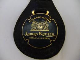 Année 60 1 Porte Clé Métal émaillé Monté Sur Cuir Champagne    -   JAMES KOHIER A TRELOU-SUR-MARNE - Porte-clefs