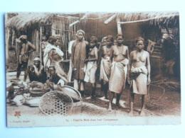 CPA Indochine - Famille Moïs Dans Leur Campement (seins Nus) - Viêt-Nam