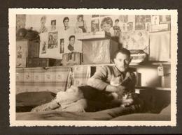 PHOTO ORIGINALE MILITARIA ALGÉRIE OCTOBRE 1958 - DANS La CHAMBRE MAXIME Et La MASCOTTE Le CHAT KIKI - War, Military