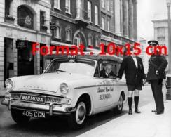 """Reproduction D'une Photographieancienne D'un Taxi Londonien Avec Une Publicité """"Bermuda"""" - Reproductions"""