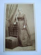 Photographie Ancienne CDV - Second Empire - Femme Debout - Coiffe - Mobilier - Photo Favier, Lyon  TBE - Antiche (ante 1900)