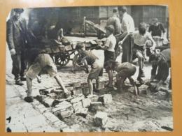 ENFANTS DEPAVANT UNE RUE (2) LIBERATION DE PARIS GUERRE WW2 PHOTO DE PRESSE 24 X 18 Cm PHOTO PRESSE LIBERATION - Guerre, Militaire