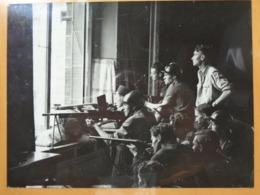 TIREURS FENETRE (2 )  LIBERATION DE PARIS GUERRE WW2 PHOTO DE PRESSE 24 X 18 Cm PHOTO PRESSE LIBERATION - Guerre, Militaire