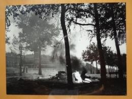 VEHICULE ? EN FEU  LIBERATION DE PARIS GUERRE WW2 PHOTO DE PRESSE 24 X 18 Cm PHOTO PRESSE LIBERATION - Guerre, Militaire