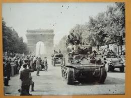 CHARS CHAMPS ELYSEES  LIBERATION DE PARIS GUERRE WW2 PHOTO DE PRESSE 24 X 18 Cm PHOTO PRESSE LIBERATION - Guerre, Militaire