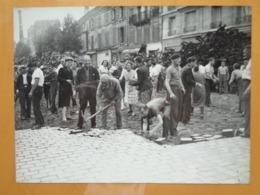 FOULE DEPAVANT UNE RUE  LIBERATION DE PARIS GUERRE WW2 PHOTO DE PRESSE 24 X 18 Cm PHOTO PRESSE LIBERATION - Guerre, Militaire