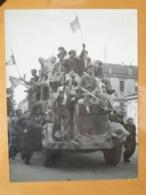 CAMIONS ALLIES DRAPEAUX US PARISIENS  LIBERATION DE PARIS GUERRE WW2 PHOTO DE PRESSE 24 X 18 Cm PHOTO PRESSE LIBERATION - Guerre, Militaire