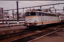 Photo Diapo Diapositive Slide Wagon Locomotive Electrique SNCF Et Train à Limoges Bénédictins Le 14/02/1992 VOIR ZOOM - Diapositives