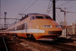 Photo Diapo Diapositive Slide Train Wagon TGV SNCF 65 Paris Gare De Lyon Le 27/02/1992 VOIR ZOOM - Dias