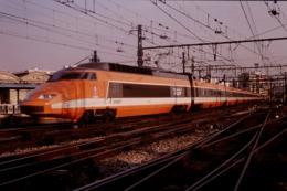 Photo Diapo Diapositive Slide Train Wagon TGV SNCF 61 Paris Gare De Lyon Le 27/02/1992 VOIR ZOOM - Dias