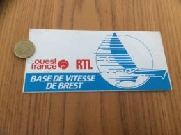 AUTOCOLLANT, Sticker «RTL - Ouest France - BASE DE VITESSE DE BREST (29)1981» (radio, Presse, Bateau, Voilier) - Autocollants