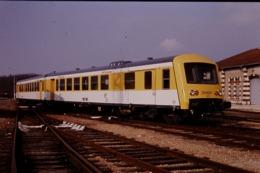 Photo Diapo Diapositive Slide Train Wagon TER SNCF X 4661 Jaune Bourgogne à Montargis Le 09/03/1992 VOIR ZOOM - Diapositives