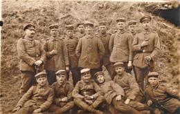 Rare Carte Photo Groupe De Soldats Allemands Sur Le Front  N°30 Sur épaulettes - 1914-18