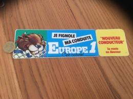 AUTOCOLLANT, Sticker «EUROPE 1 - JE FIGNOLE MA CONDUITE» (radio, Castor) - Autocollants