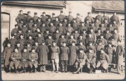 Carte Photo , Militaria , Groupe De Militaires Devant Une Maison , Animée - Regiments