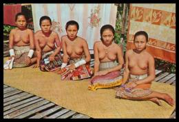 "MALASIA - SARAWAK -"" Sea Dayak Relaxing At The Verandah Of Their Long House.(Ed. S. W. Nº 603) Carte Postale - Malaysia"