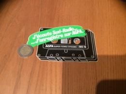 AUTOCOLLANT, Sticker «J'écoute Sud-Radio...J'enregistre Sur AGFA» (cassette) - Autocollants
