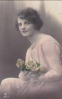 AK Frau Mit Rosen - 1919 (43490) - Frauen