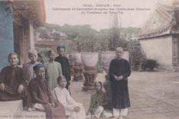 CPA   Hué  (Vietnam Indochine Annam) Gardiennes Et Servantes ... Au Tombeau Du Tieu Tri Dieulefils 3533 - Vietnam