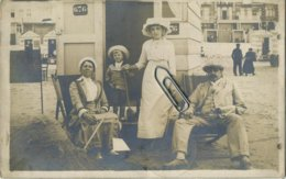 Blankenberge :   ( FOTO KAART  1913   )    Op Het Strand Aan De Cabine - Blankenberge
