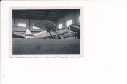 Petite Photo D'un Avion à Identifier F-ANBG Et F-AIOI Sous Un Hangar - Aviation