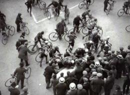 IMAGE PHOTOGRAPHIE  1927 -  TOUR DE FRANCE  DINAN BREST -   LES COUREURS EMARGENT FEUILLE DE CONTROLE - Otros