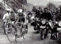 IMAGE PHOTOGRAPHIE  1964 -  TOUR DE FRANCE BRIVE PUY DE DOME -   ANQUETIL ET POULIDOR DANS ASCENSION - Otros