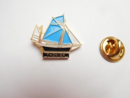 Superbe Pin's , Marine Bateau Voilier , Thonier , Poisson , Pêche En Mer - Barcos