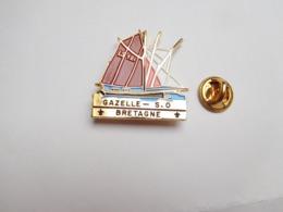 Superbe Pin's En Relief , Marine Bateau Voilier , Gazelle S.O , Bretagne - Barcos