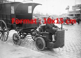 Reproduction D'une Photographie Ancienne D'une Femme Conduisant Un Tracteur Servant à Remorquer En 1930 - Reproductions