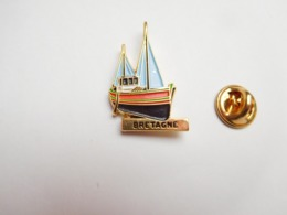 Superbe Pin's En Relief , Marine Bateau Voilier  , Bretagne , Pêche En Mer - Barcos